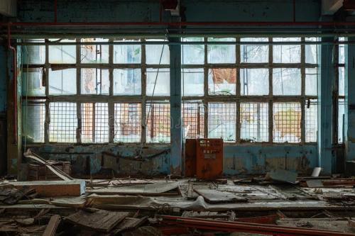 μεγάλα-βιομηχανικά-παράθυρα-στο-εργοστάσιο-δία-ζώνη-αποκλεισμού-του-143904736